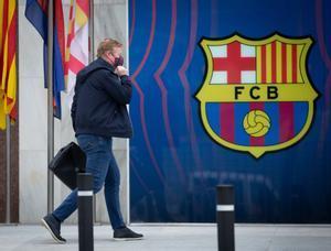 Koeman entra en las oficinas del Camp Nou para charlar con Tusquets y los 3 candidatos.