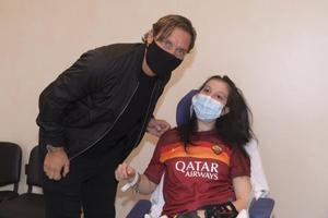 Totti en su visita a Ilenia al hospital.