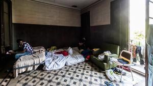 Camas pegadas unas a otras en un piso con temporeros sin trabajo de la ciudad de Lleida, el pasado mes de julio.