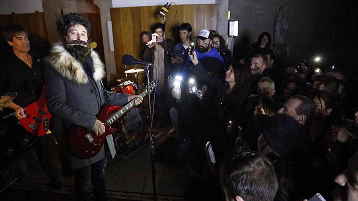 Manolo García reúne a sus fans en Alella para la grabación del vídeo de 'Caminaré'. Los seguidores del artista fueron convocados en una iniciativa de EL PERIÓDICO.
