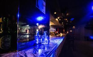 Un envase de gel hidroalcohólico, en la barra de una discoteca.