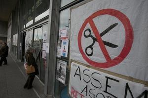 Un cartel en protesta por los recortes en la sanidad pública, en el Hospital de Sant Pau.