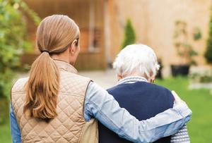 Adulta al cargo del cuidado de una persona mayor.
