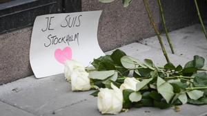 Flores en homenaje a los fallecidos en el atentado de Estocolmo.