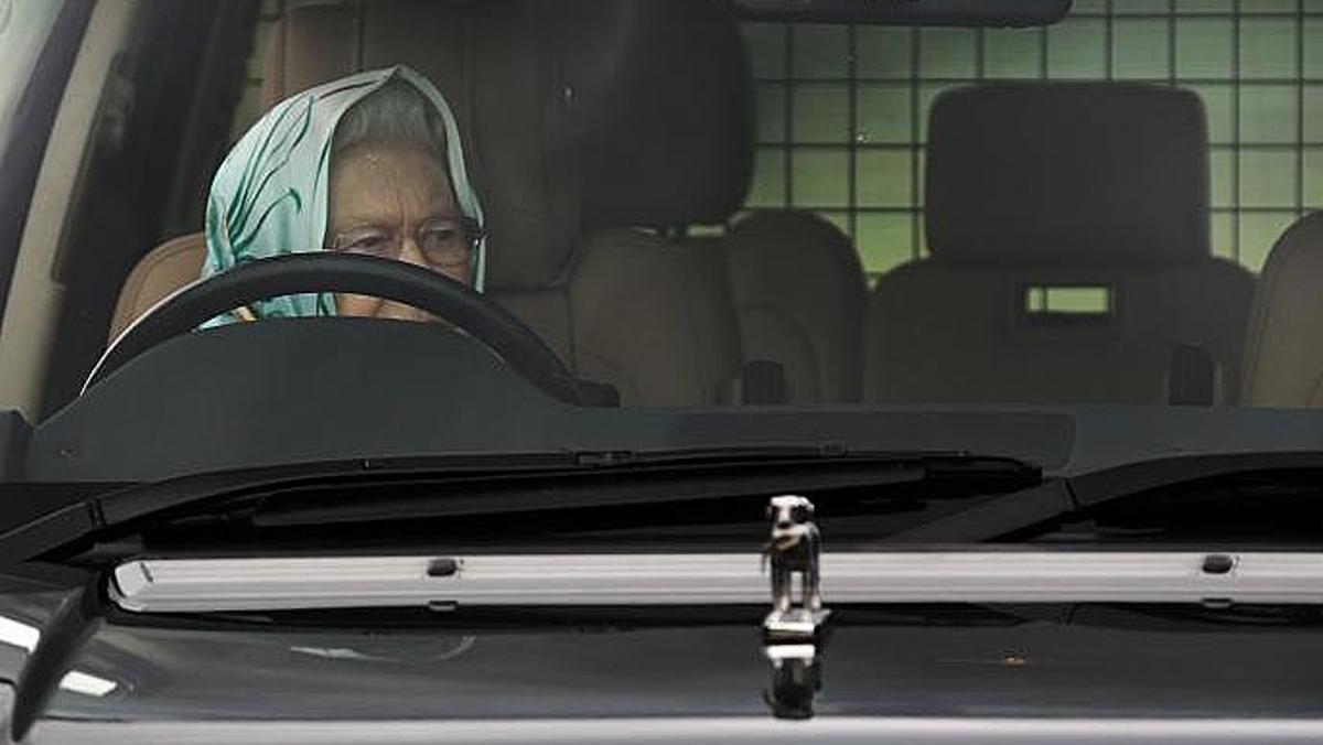 La reina Isabel II, al volante de su coche, en una imagen de archivo.