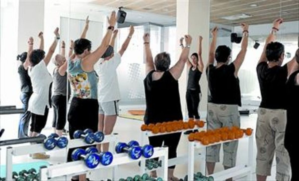 Un grupo de mujeres realiza ejercicios físicos