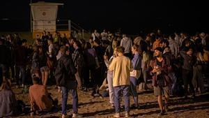 Celebraciones en la playa de la Barceloneta, tras vencer el estado de alarma.