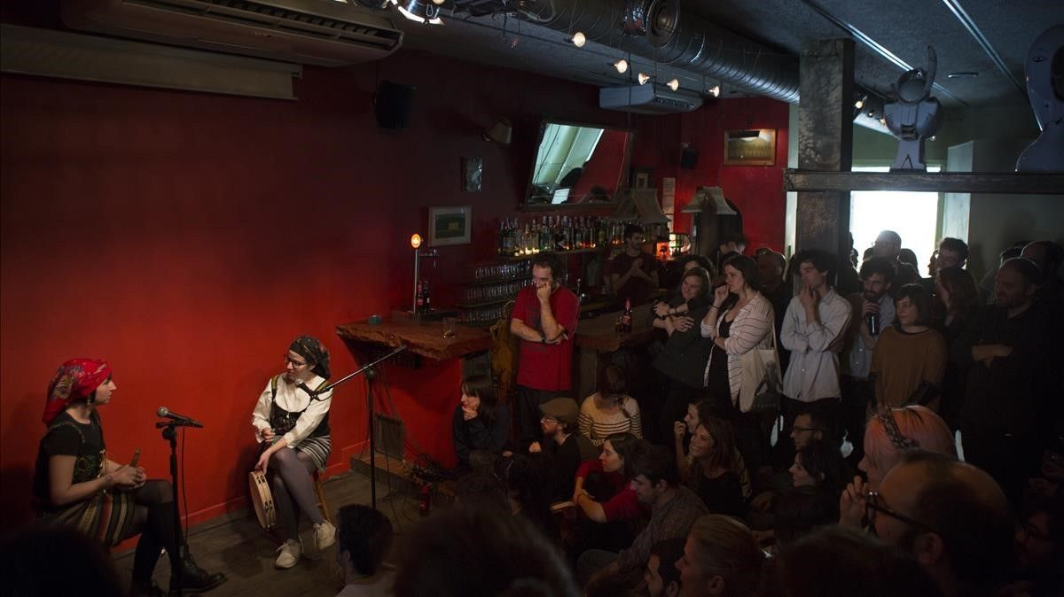 Actuación del dúoAjuar en el bar Heliogabal.