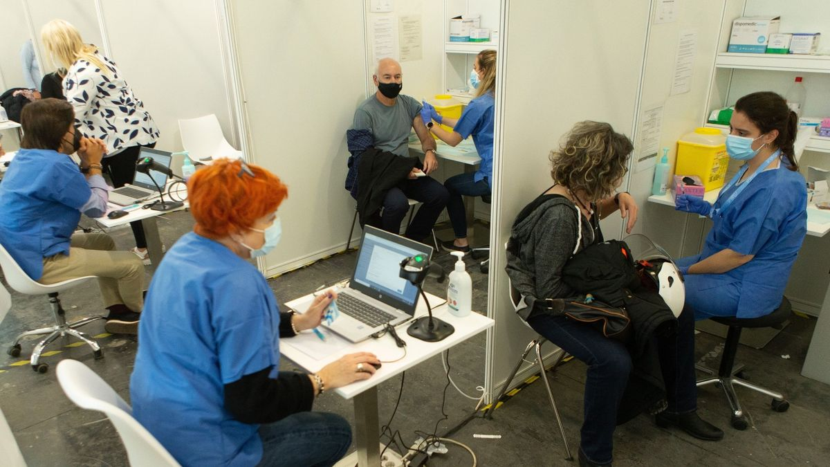 Inmunización en el centro de vacunación de la Fira de Barcelona, el pasado 11 de mayo.