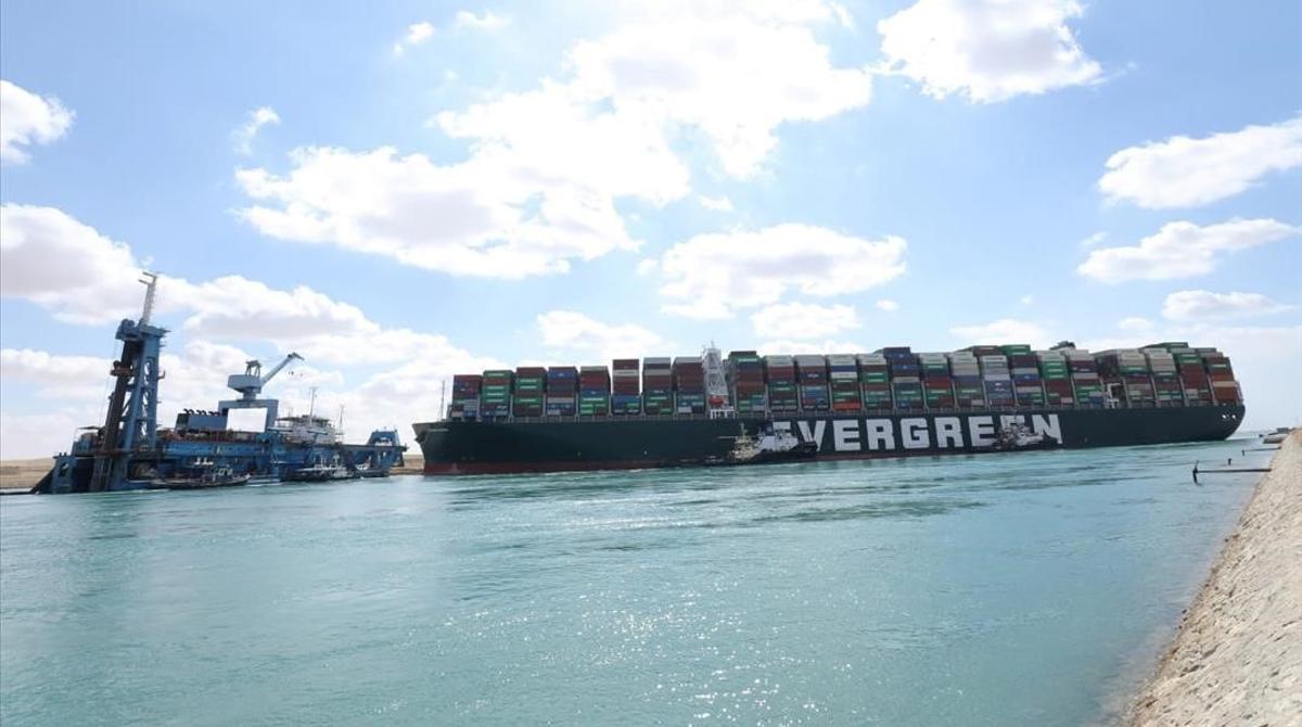 El 'Ever Given', atascado en el canal de Suez.
