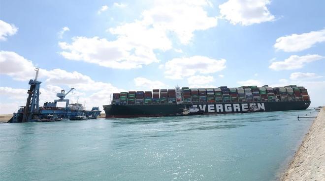 Siguen los trabajos para desbloquear el canal de Suez