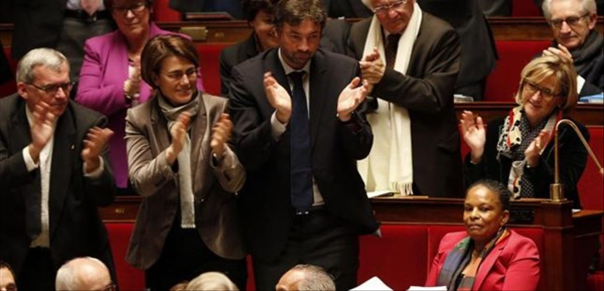 Diputados franceses aplauden a la ministra de Justicia, Christiane Taubira (derecha), antes de votar la ley, este martes en París.