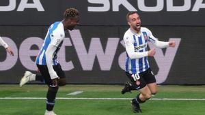 Darder celebra el primer gol perseguido por Dimata.