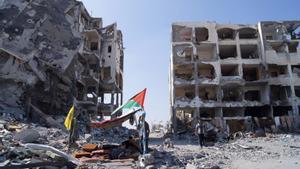 Vista general de edificios de apartamentos destruidos por bombardeos israelís en la Franja de Gaza el 12 de agosto de 2014.
