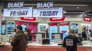 Carteles de Black Friday en una tienda de Barcelona.