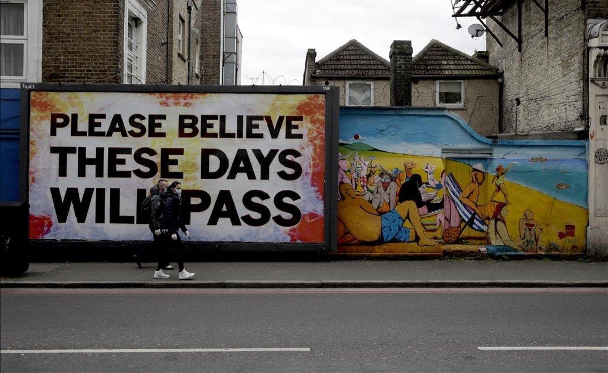 Un mural con un mensaje optimista ('Por favor, confía en que estos días pasarán'), en una calle al este de Londres.