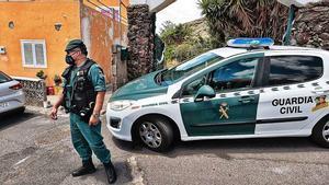 Guardia civil durante el registro de la casa de Gimeno el pasado lunes.