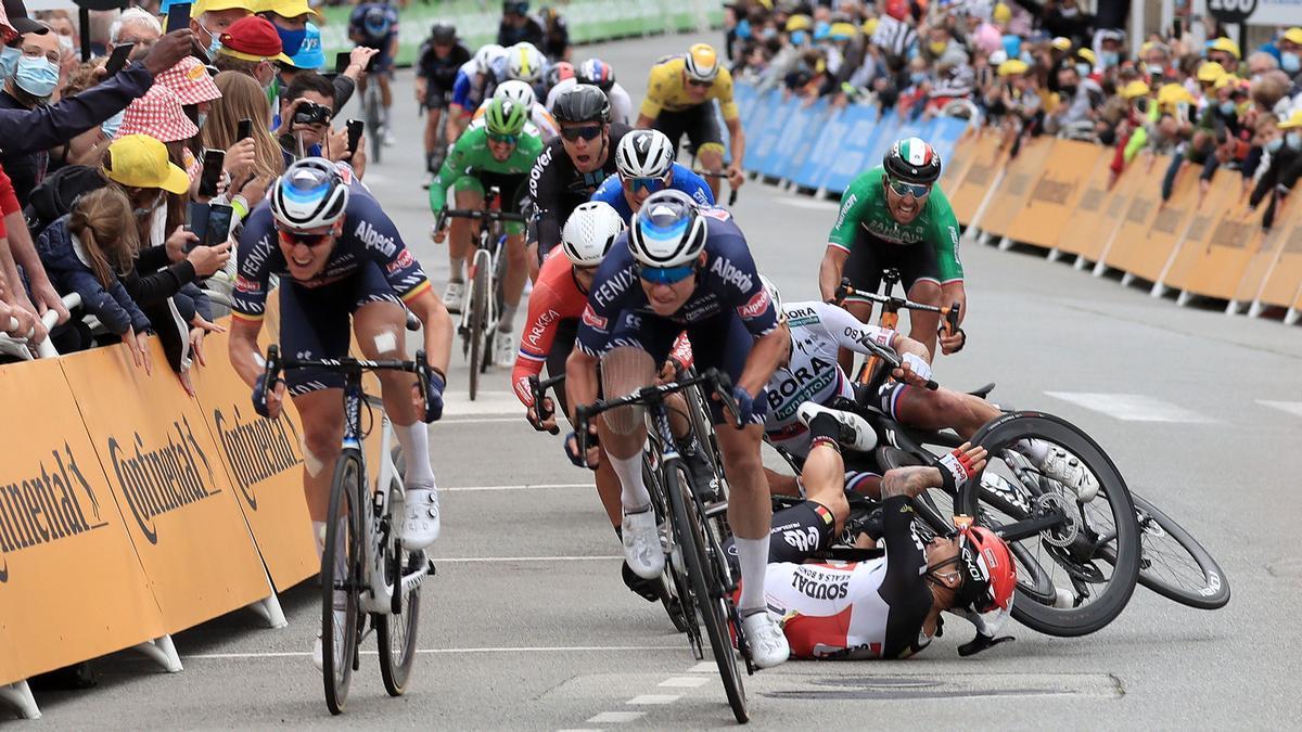 Caleb Ewan (de rojo y negro) y Peter Sagan se van al suelo en el esprint de la tercera etapa del Tour.