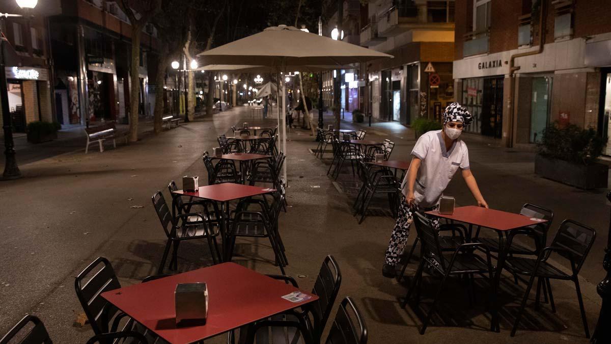 Catalunya inicia la desescalada con la apertura de restauración, cultura y deportes. En la foto, una terraza abriendo en la rambla de Poblenou de Barcelona, a primera hora de la mañana.