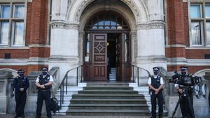 Agentes frente al edificio de la Policía Metropolitana, en Croydon.