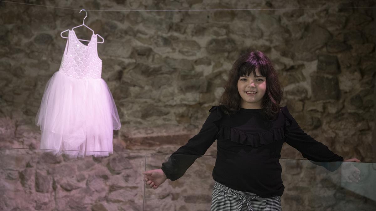 Cora Navarro junto a su primer vestido, en la exposición CORA(JE) del Centre Cívic Pati Llimona