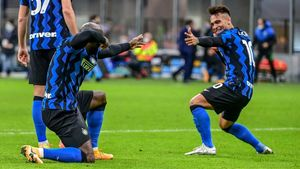 Lukaku y Lautaro celebran uno de los cuatro goles al Torino.