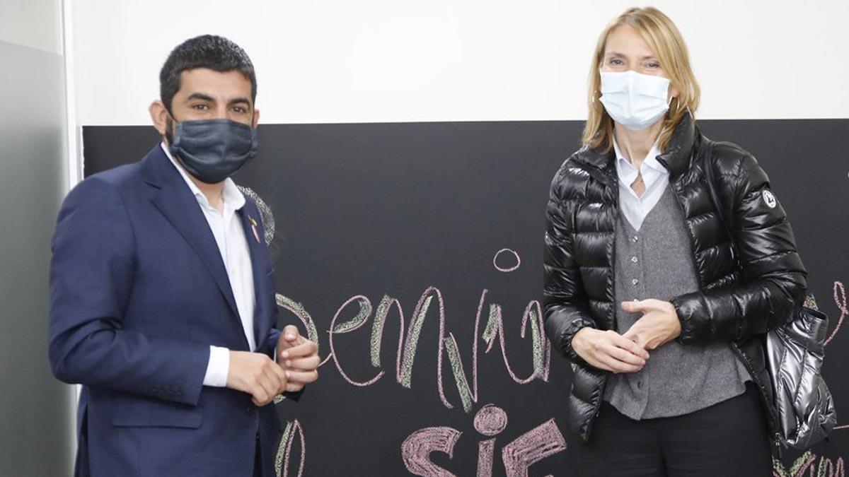 El 'conseller' de Treball, Chakir El Homrani, con la alcaldesa de Sant Boi de Llobregat, Lluïsa Moret.