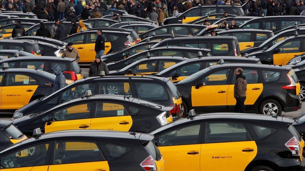 Concentración de taxis durante la huelga indefinidida en Barcelona deenero del 2019.