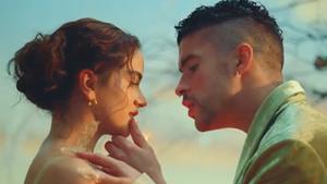 Videoclip de Rosalía y Bas Bunny, 'La noche de anoche'.