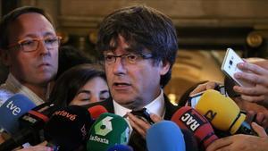 Puigdemont atiende a los medios de comunicación, este viernes.