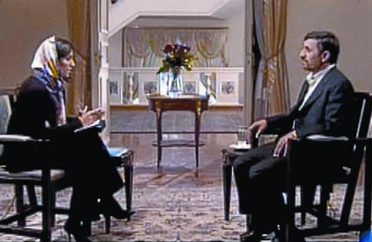 Ana Pastor, al principio (arriba) y al final (ya sin velo) de la entrevista.