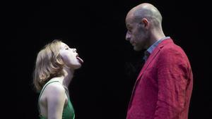 Un momento de la obra 'Temps salvatge' con Laia Manzanares y Eduard Farelo.