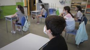 Alumnos de sexto de primaria del colegio público Antaviana de Barcelona atienden en clase con mascarilla.