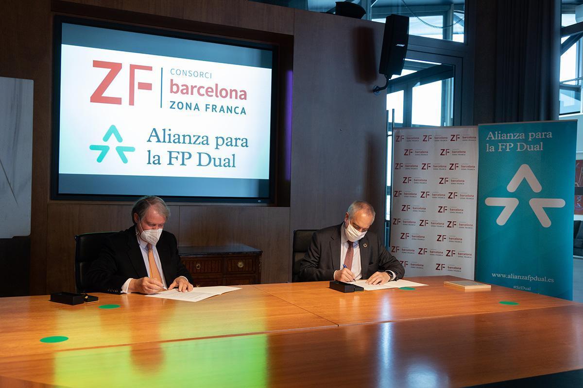 El delegado especial del Estado en el Consorci de la Zona Franca de Barcelona, Pere Navarro y el vicepresidente de Fundación Bertelsmann, Francisco Belil, han firmado esta mañana la adhesión