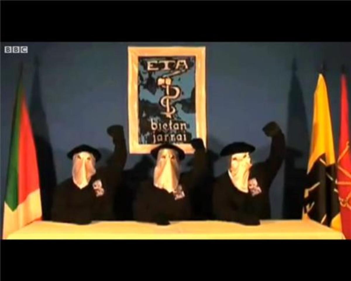 Tres miembros de ETA leen un comunicado de la banda.