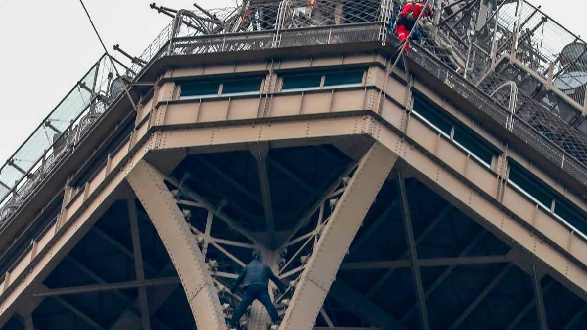 Detenido el escalador que trepó a la cumbre de la Torre Eiffel.