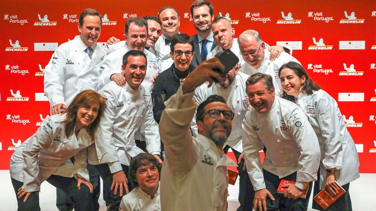 Varios de los cocineros galardonados posan para una foto durante la presentación de la Guía Michelin España & Portugal 2019 celebrada en Lisboa.