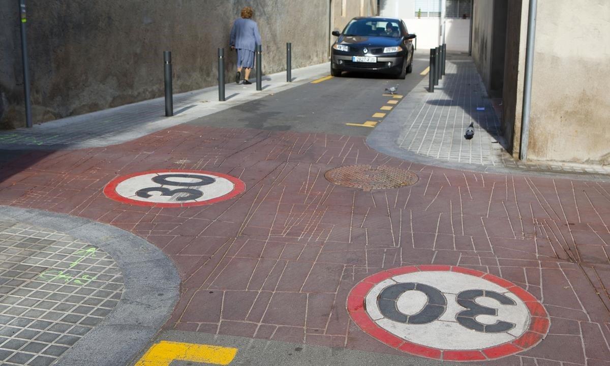 Una calle señalizada como zona 30 en elbarrio de Sant Andreu en una imagende archivo