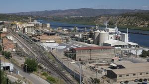 Vista de la factoría de Ercros en Flix, junto al embalse, dedicada esencialmente a la producción de derivados del cloro.