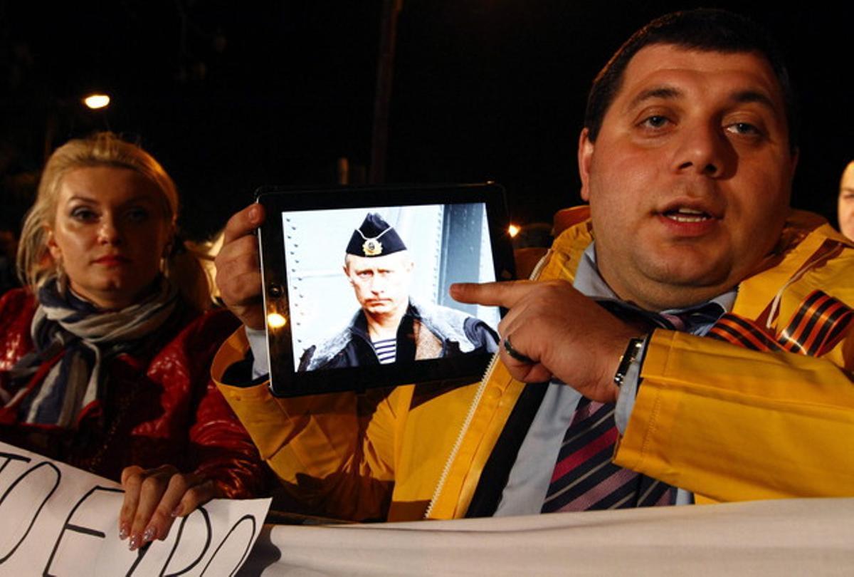 Un manifestante muestra la foto de Putin en un iPad, durante una protesta en Nicosia, el día 22.