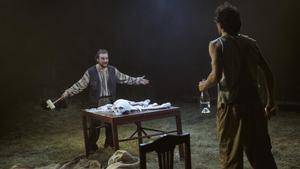 Pol López (izquierda) y Oriol Pla en 'La calavera de Connemara'.