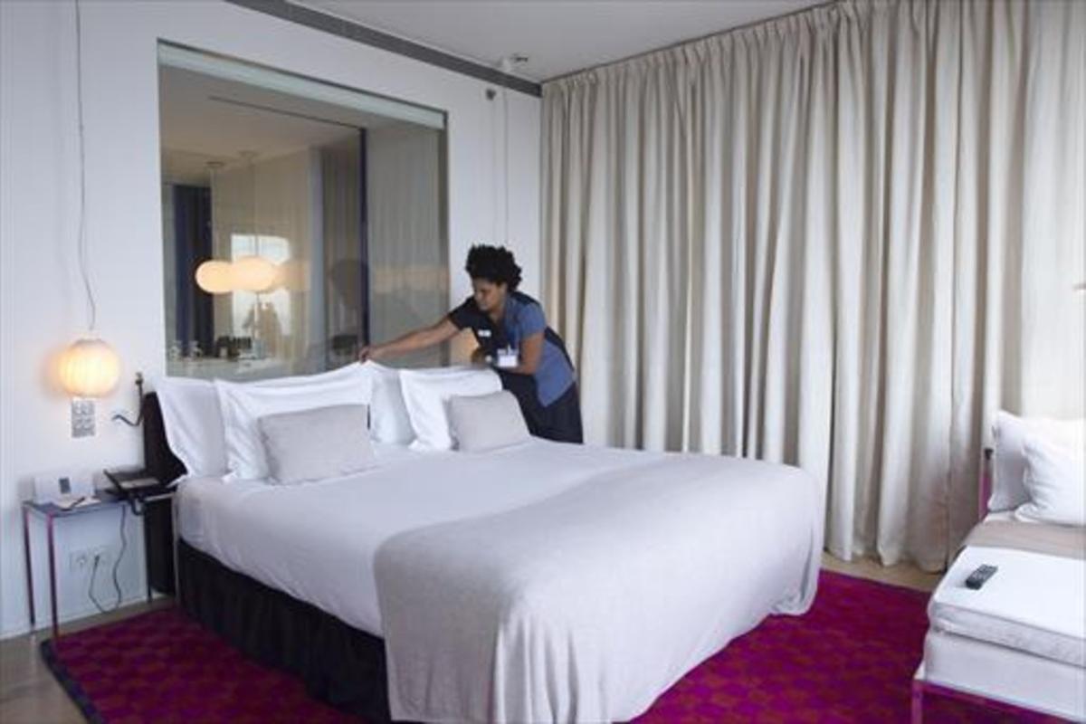 Una limpiadora de habitaciones,conocidas como 'kellys', en un hotel de Barcelona.