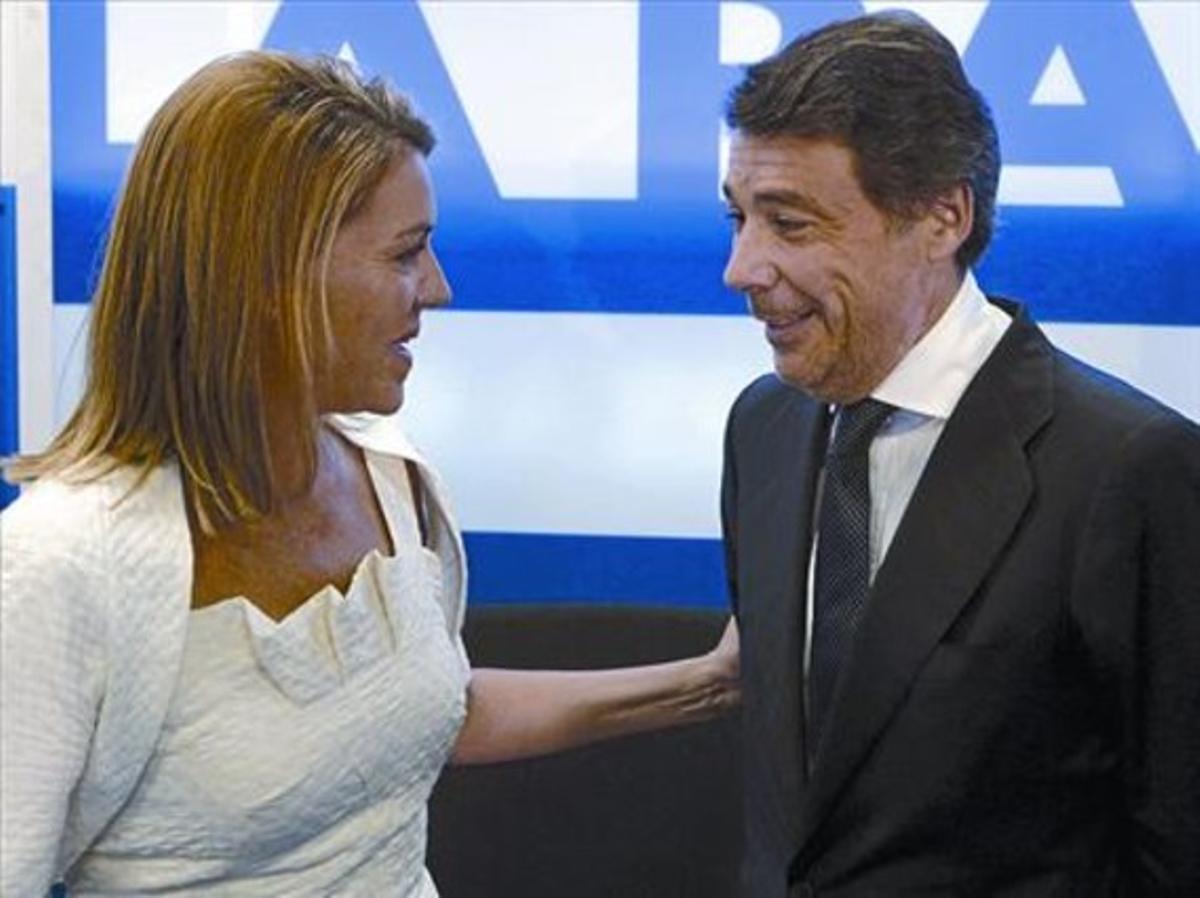 La secretaria general del PP, María Dolores de Cospedal, saluda a Ignacio González, ayer en Madrid.