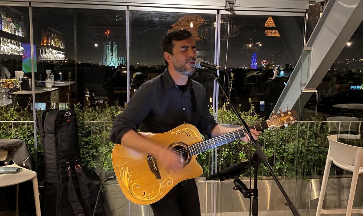 El cantautor Joan Tena, actuando en la terraza del Hotel Royal.