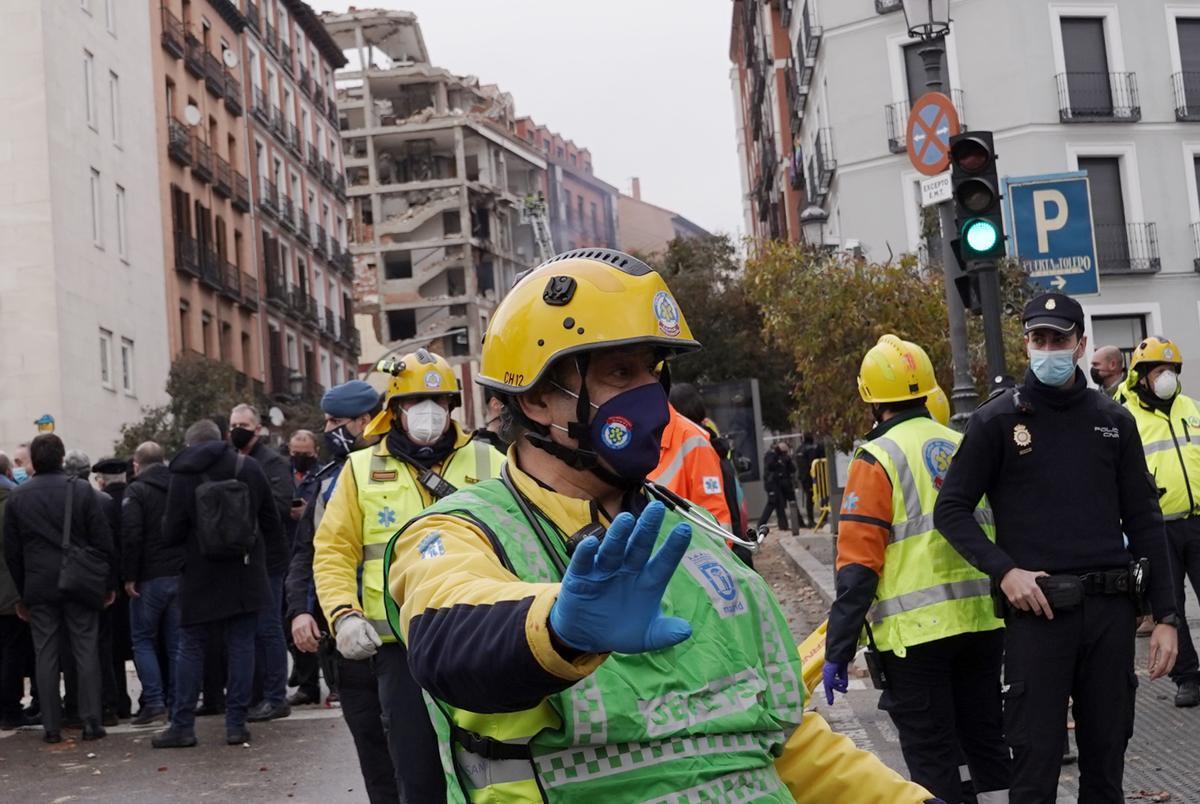 Control policial en los accesos a la calle donde un edificio ha explotado