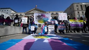 Activistas encabezan una huelga de hambre frente al Ministerio de Igualdad para reclamar la aprobación de la Ley trans, el pasado mes de marzo.