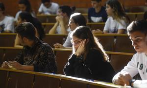 El Govern apuja 100 euros la quantia per beca per a grau i màster