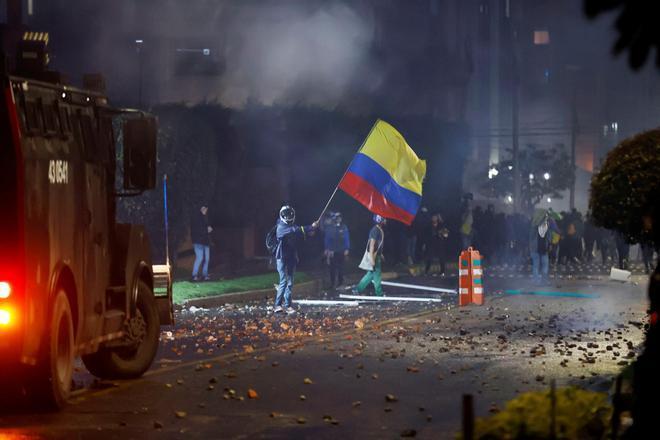 Antidisturbios se enfrentan a manifestantes que llegan al barrio donde tiene su residencia el presidente de Colombia Iván Duque, durante una jornada de protestas contra la reforma tributaria, hoy en Bogotá.