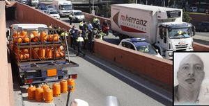 El camión de butano robado Por Berggren,tras colisionar con un muro de la Ronda del Litoral.