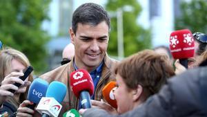 Pedro Sánchez atiende a los medios al inicio delaManifestación del 1 de Mayo, en Madrid.